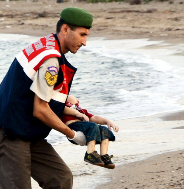 Turkish officer carrying the body of Syrian toddler Aylan Kurdi